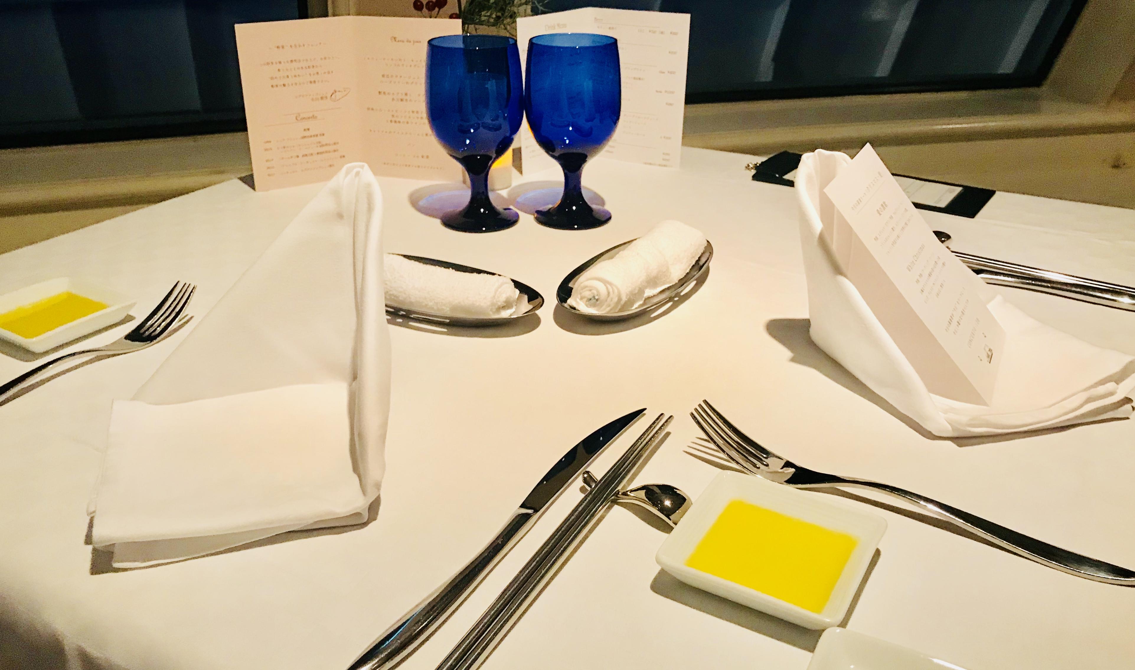 テーブルの様子|【感想】神戸ディナークルーズ「コンチェルト」に乗ってみた|一度は体験してみたい豪華客船|サプライズも料理も最高!ペアチケットの取り方など紹介!